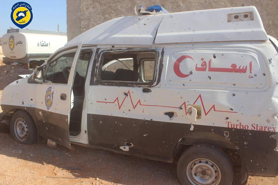 إحدى سيارات الإسعاف التي تضررت إثر استهداف مركز الدفاع المدني في مدينة سراقب في 11/9/2016