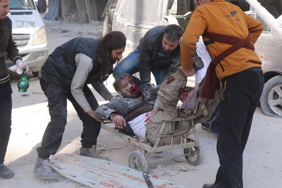 بدأ الدفاع المدني بنقل الجرحى على عربات نقل البضائع بعد نفاد الوقود