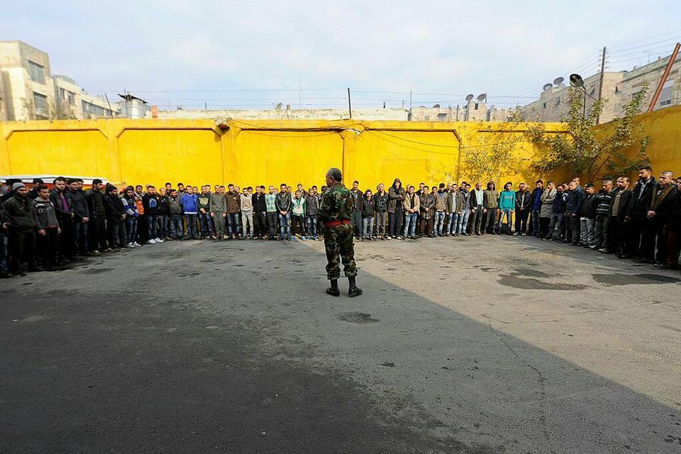 مجموعة من الشباب المعتقلين في أحياء حلب الشرقية بعد السيطرة عليها من قبل قوات النظام والميليشيات الأجنبية المتحالفة معها