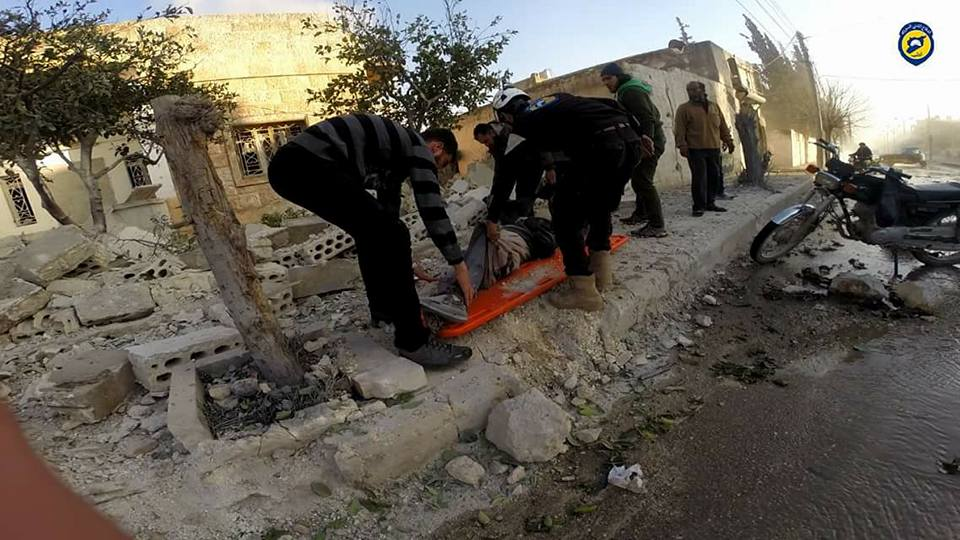 عناصر الدفاع المدني يقومون بانتشال الضحايا والجرحى بعد القصف