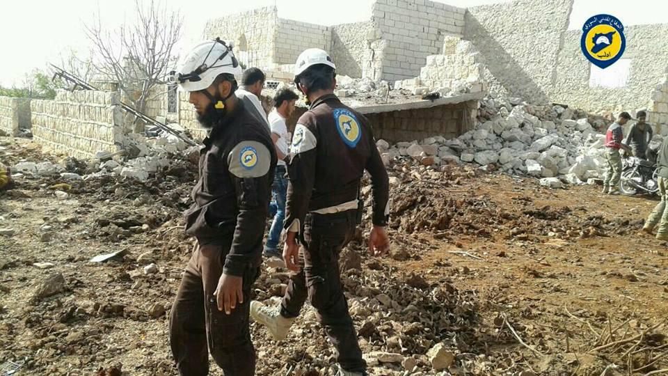 عناصر الدفاع المدني في مكان الانفجار في جبل الزاوية