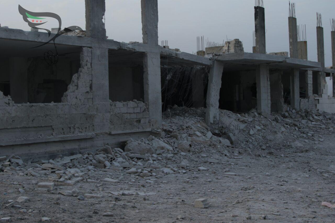 أدى استهداف مشفى الجامعة في بلدة الدير الشرقي في ريف إدلب إلى إلحاق أضرار كبيرة بالمشفى-عدسة اللجنة السورية لحقوق الإنسان