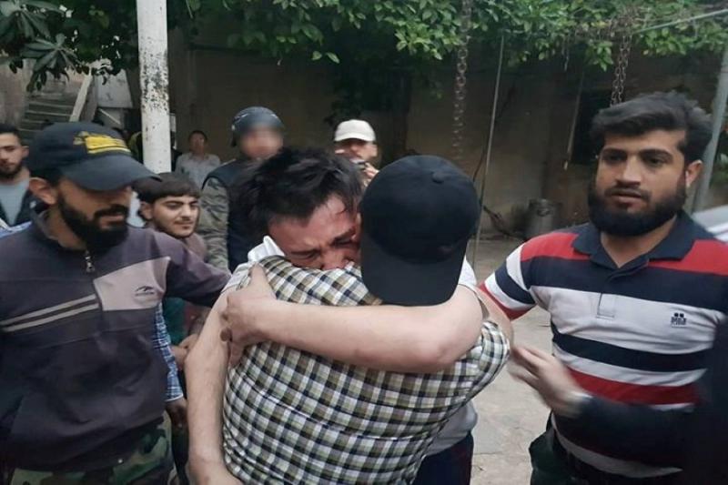 لحظة وصول أحد المفرج عنهم من قبل تنظيم داعش
