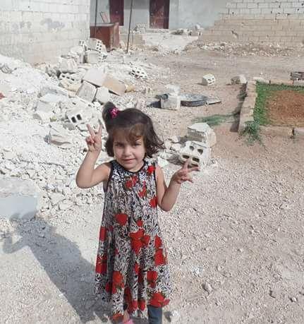 الطفلة آية أحمد محمود السميح، أحد ضحايا المجزرة التي تسببت بها البراميل المتفجرة على مدينة اللطامنة هذا اليوم