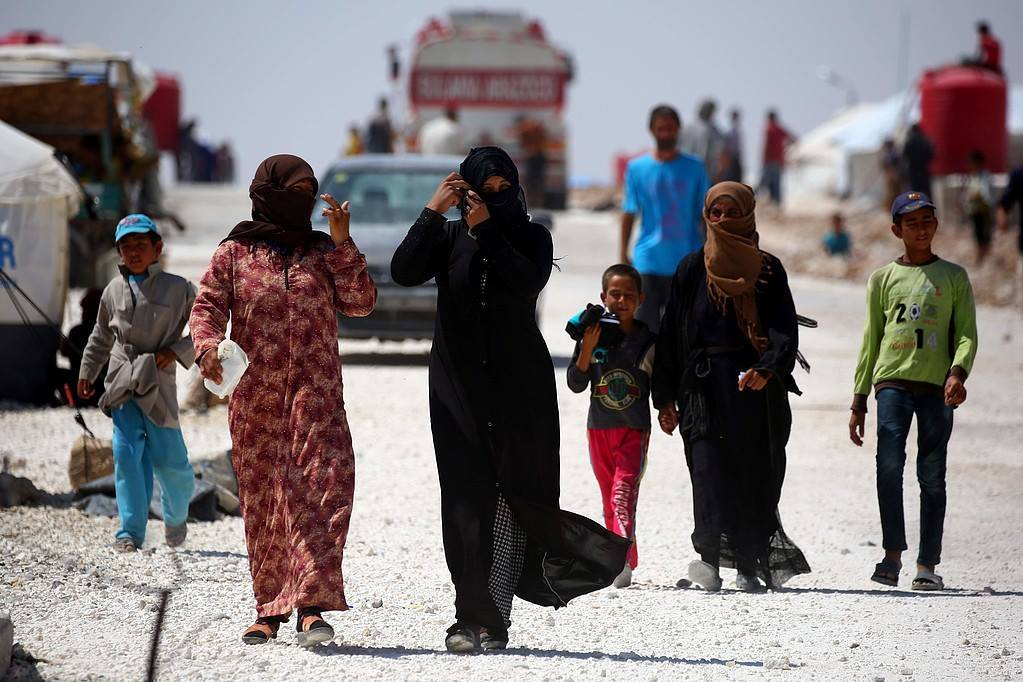 نازحون من مدينة الرقة يوم أمس