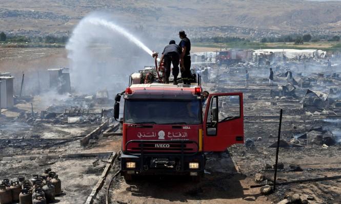 سيارة إطفاء تقوم بإطفاء الحريق الذي نشب في المخيم فجر الثلاثاء