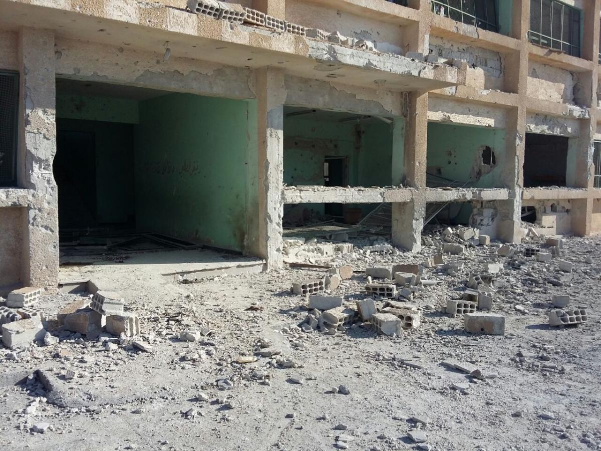 لأضرار التي لحقت بمدرسة الشهيد كيوان بسبب الغارة الجوية السورية-الروسية في 14 يونيو/حزيران 2017، والتي تسببت في مقتل 8 مدنيين، بينهم طفل.