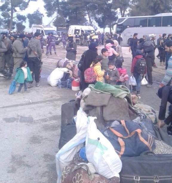 وصول الدفعة الأولى من مهجرين حرستا إلى معبر قلعة المضيق في ريف حماة
