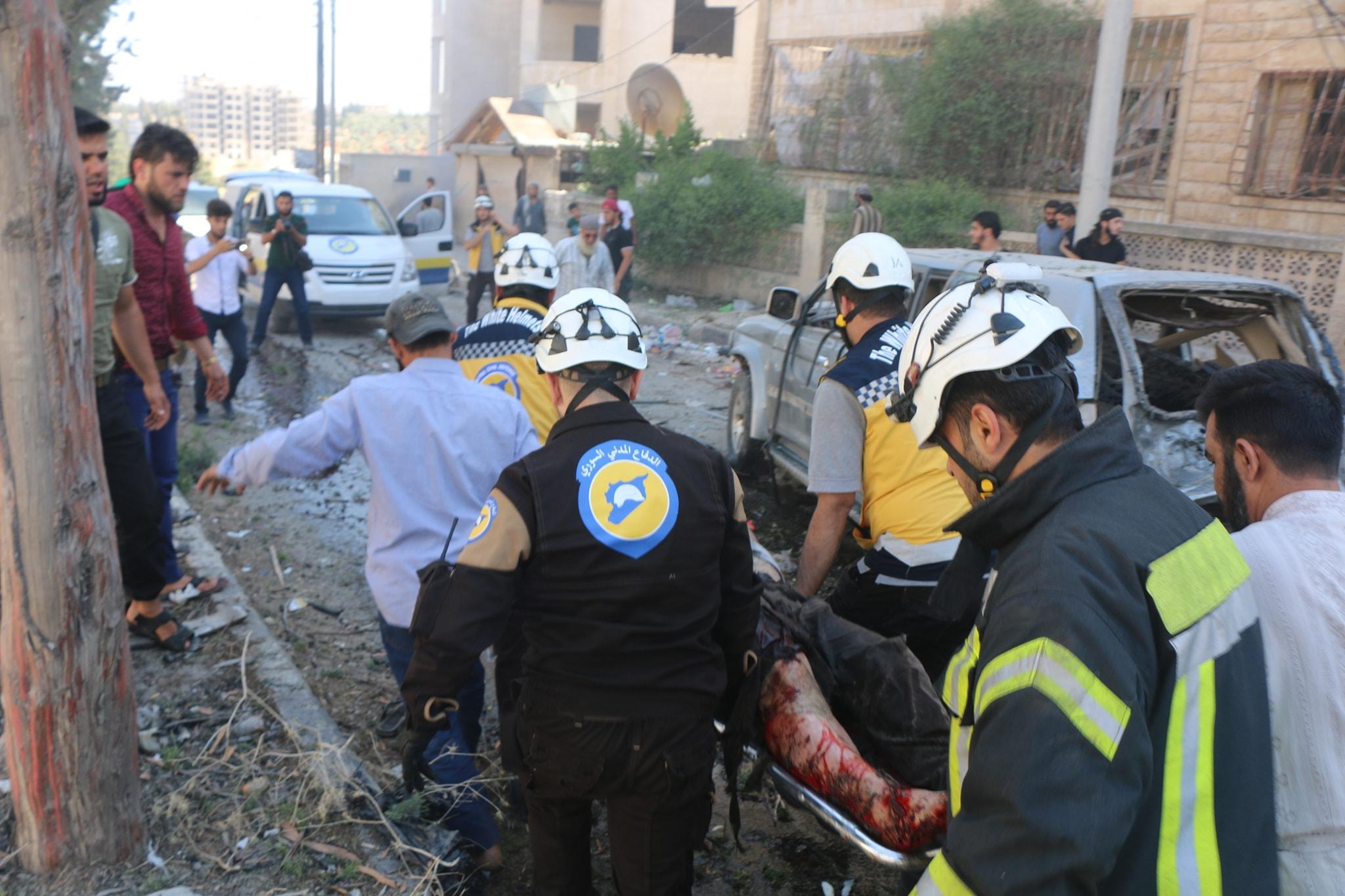 عناصر الدفاع المدني يحملون أحد المصابين نتيجة للانفجارات