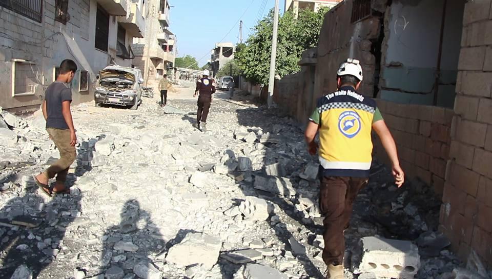 رجال الدفاع المدني في أحد الأماكن التي استهدفتها الغارات هذا الصباح