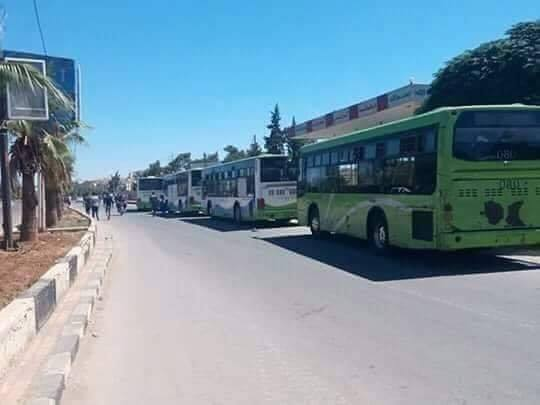 الحافلات قبل خروجها من درعا يوم الأحد