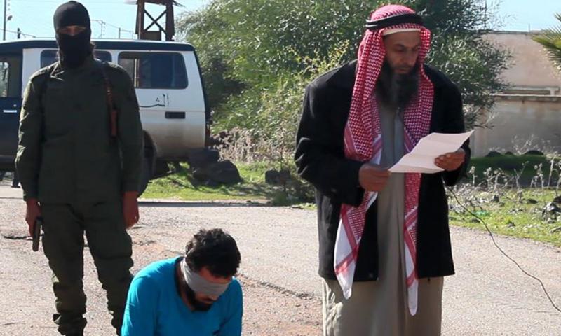 كان جيش خالد المبايع لتنظيم داعش يقوم بأعمال إعدام بشكل ممنهج، بعضها بشكل علني أمام الجمهور، وأخرى بشكل غير معلن (الصورة أرشيفية لإحدى عمليات الإعدام العلنية في حوض اليرموك)