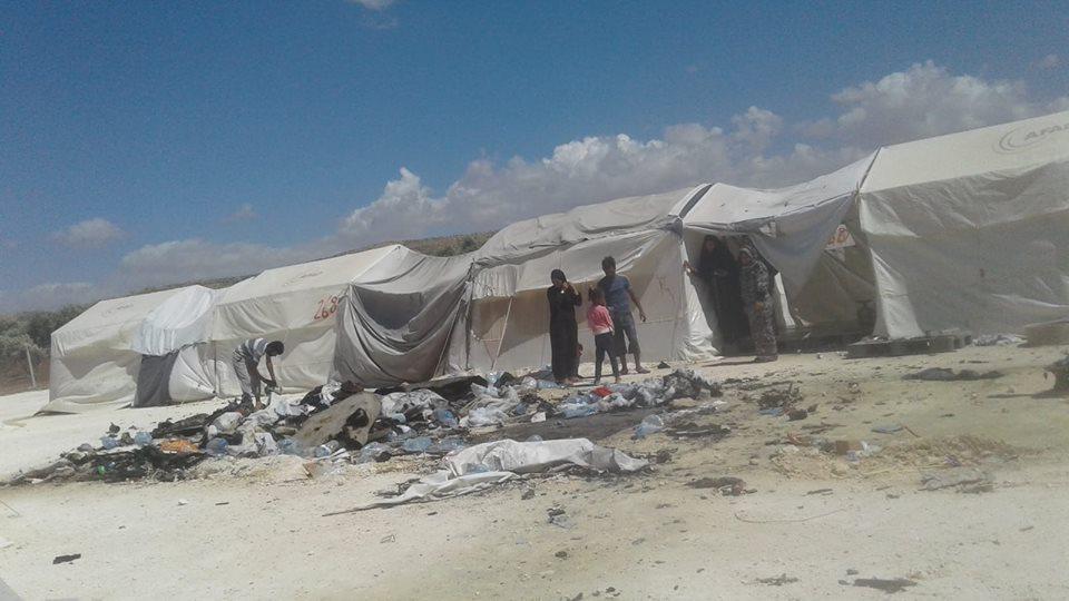 آثار احتراق خيمة في المخيم في شهر حزيران الماضي
